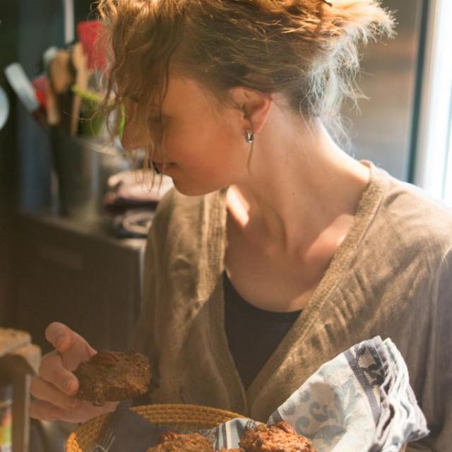 persfoto keuken met mandje koekjes wegkijkend