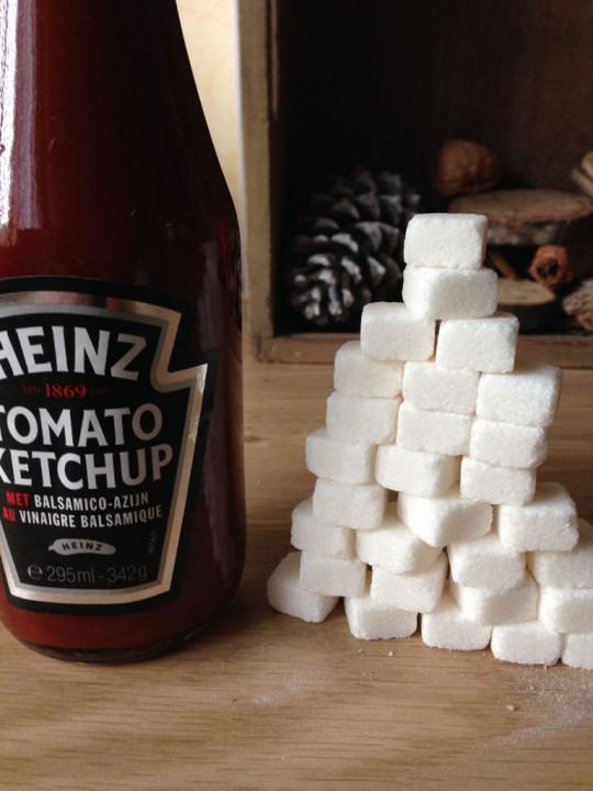 fles ketchup met suikerklontjes