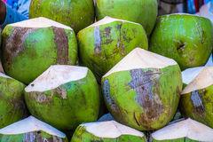 verse-ruwe-kokosnoten-bij-de-markt-54942855